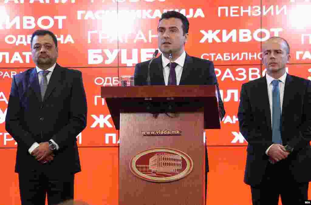 МАКЕДОНИЈА - Премиерот Зоран Заев изјави дека до крајот на овој месец ќе почнат да се раздвижуваат работите за спорот за името, макар на преговарачите со Нимиц. Стојам на располагање и за премиерско ниво, министерот за надворешни работи е подготвен, веќе разговаравме со претседателот на државата, рече Заев. Тој додаде и дека му се допаѓа идејата, аеродромот во Скопје да се преименува, во аеродром Киро Глигоров. Премиерот рече дека Владата е спремна за исчекор во спорот за името.