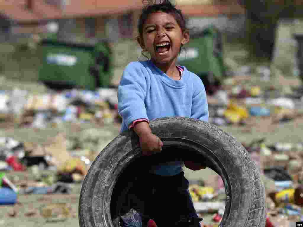 Ромська дівчинка грається на смітнику в Митровиці, що на півночі Косова, 7 квітня. Незважаючи на помітний прогрес за останні два десятиліття, значна частина ромського населення Балкан живе за межею бідності. Зокрема, від влади Сербії Amnesty International вимагає ухвалити закон, який захищатиме ромське населення. Photo by Valdrin Xhemaj for EPA