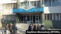 Здание Алмалинского районного суда Алматы, где рассматривается дело Серикжана Мамбеталина и Ермека Нарымбаева.