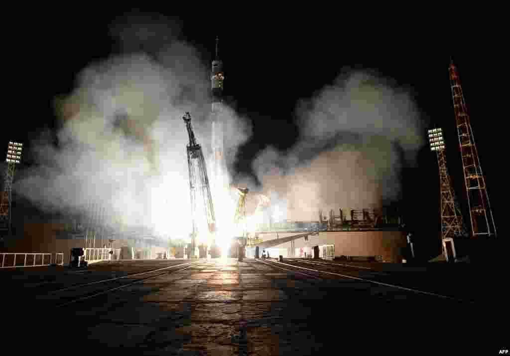 На Международную космическую станцию 26 сентября отправился новый российско-американский экипаж. Корабль «Союз ТМА-14», на борту которогонаходятся космонавты Александр Самокутяев и Елена Серова и астронавт НАСА Барри Вильмор, стартовал с космодрома Байконур. Спустя несколько часов экипаж прибыл на МКС.Сотрудничество России и США по космической программе продолжается, несмотря на разногласия по вопросу кризиса в Украине.