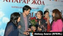 Роль Ильяса сыграл Адил Ахметов (второй слева), а роль его матери Мариям — Алтынай Ногербек (справа от него). Алматы, 27 сентября 2016 года.