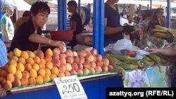 Торговые лотки с овощами и фруктами на рынке в Алматы. 17 июля 2013 года.