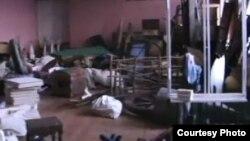 Кариев театрының Гладилов урамындагы бинада декорацияләр һәм кирәк яраклар куелган бүлмәсе