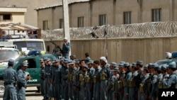 Ооган полициясы Шайлоо комиссиясынын маңдайында коопсуздукту камсыздоо боюнча тапшырма алууда, Кабыл. 16-сентябрь 2010