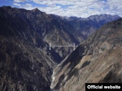 Тибеттин байтакты Лхазага кеткен темир жол.