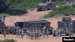Ежегодные военные учения США и Южной Кореи рядом с демилитаризованной зоной, разделяющей две Кореи. Пхаджу, 22 августа 2016 года.