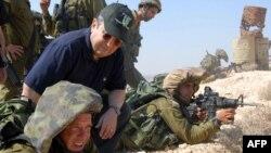 اهود باراک، وزیر دفاع اسرائیل حاضر در صحنهای از مانور تمرینی آمادگی دفاعی
