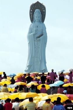 Çin - zəvvarlar buddizmin mərhəmət ilahəsi Guanyin-in heykəli ətrafında, 2006