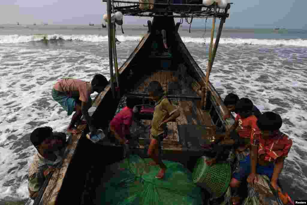 Балық аулап күн көретін рохинджа босқындары лагерьде тұрады.