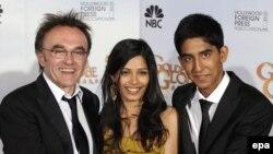 """Дэнни Бойл (слева), режиссер фильма """"Миллионер из трущоб"""") и актеры Фрейда Пинто (в центре) и Дев Патель (справа)"""