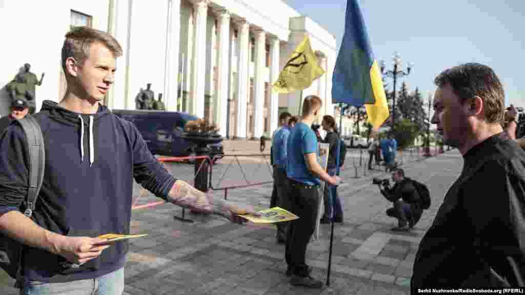 Під час акції активісти роздавали листівки з гаслами «Обережно! Рупори Кремля!» і «Не дивися! Не слухай! Не співпрацюй!»