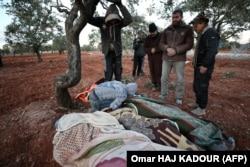Родственники хоронят тела жертв очередного артобстрела со стороны армии Асада. Идлиб, 6 февраля 2020 года