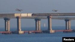 Российские самолеты над Керченским мостом. Россия блокирует украинским кораблям доступ к Азовскому морю и захватила украинские корабли