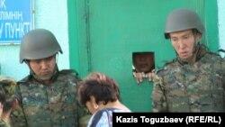 Проверка посетителей у контрольно-пропускного пункта штаба погранотряда. Город Ушарал Алматинской области, 9 июня 2012 года.