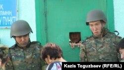 Шекара жасағына кіретін есікте тұрған қарауылдар. Алматы облысы, Үшарал, 9 маусым 2012 жыл.