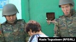 Проверка посетителей у контрольно-пропускного пункта штаба погранотряда. Город Ушарал Алматинской области.