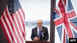 وودی جانسون، سفیر ایالات متحده در بریتانیا.