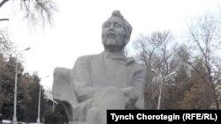 Кыргыз Эл акыны Аалы Токомбаевдин (1904-1988) айкели. Бишкек. 16.02.2017.