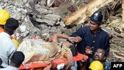 Спасательные работы на месте обрушения дома в Мумбаи. 27 сентября 2013 года.