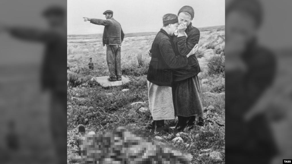 Справжнє обличчя війни – вбиті горем матері й сестри над тілами мертвих синів і братів.  На фото: севастопольці біла тіл близьких, знайдених після звільнення міста, травень 1944 року