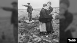 Севастопольцы у тел близких, найденных после освобождения города, май 1944 года