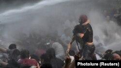 Ոստիկանությունը ցրում է ցուցարարներին, Երևան, 23-ը հունիսի, 2015թ․