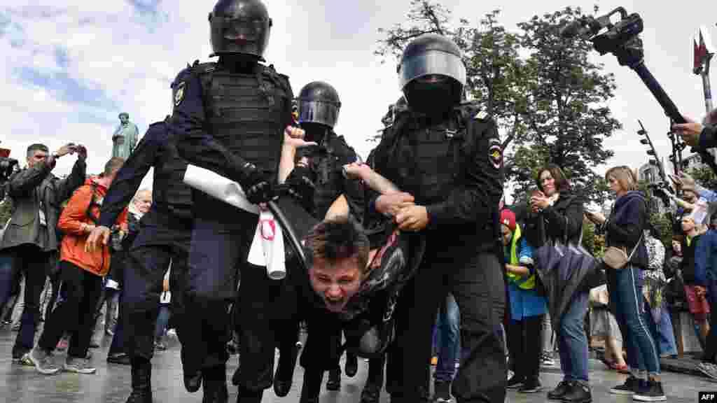 Ресейдегі шеруде полицияның күш қолдануын Батыс, бірқатар халықаралық ұйымдар сынады.