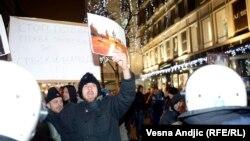 Protest desničara zbog izložbe o zločinima nad Albancima u Podujevu, Beograd, decembar 2013.