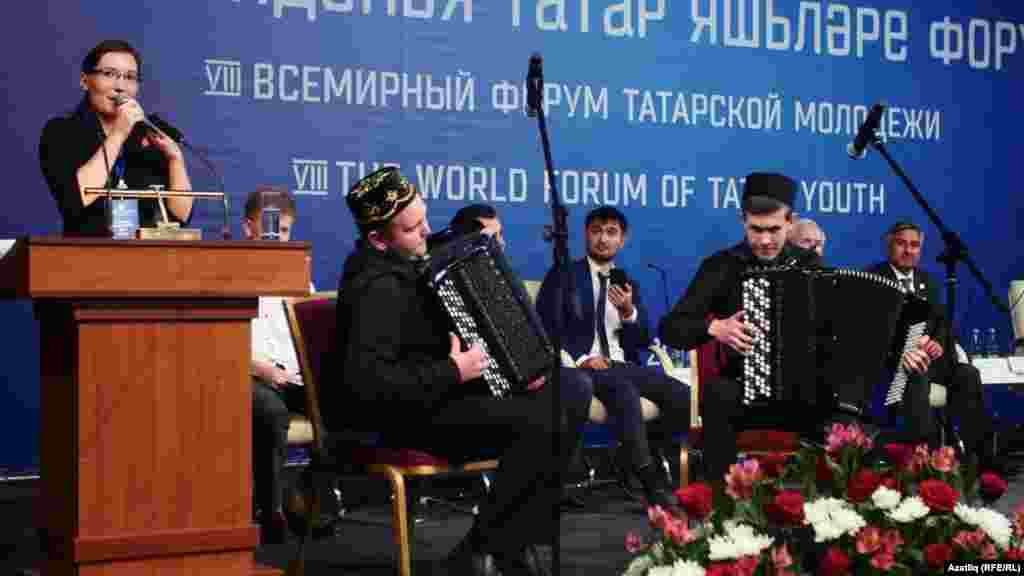 Казакъстан вәкиле Диләнур Ахунҗанова һәм Семейдагы татар сәнгать мәктәбе укучылары чыгыш ясый