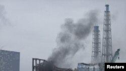 """Апаттан кейін түтіндеп жатқан """"Фукусима-Дайичи"""" АЭС-і. Жапония, 21 наурыз 2011 жыл."""
