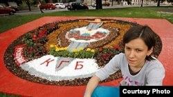 Праца Марыны Напрушкінай – складзены з кветак і камянёў герб КДБ РБ