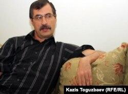 Түрмеден шыққан Евгений Жовтис үйінде отыр. Алматы, 11 сәуір 2012 жыл.