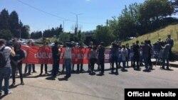 Акция активистов движения «Белый шум» под лозунгом «Насильственная наркополитика продолжается»