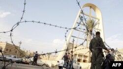 """قوات أمن عراقية أمام بوابة كنيسة """"سيدة النجاة"""" ببغداد"""