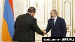 Ermənistanın baş naziri Nikol Pashinian (sağda) Gagik Tsarukian-la oktyabrın 8-də görüşüb