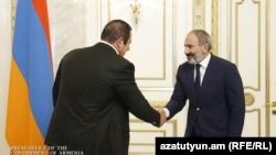 Никол Пашинян (справа) и Гагик Царукян, Ереван, 8 октября 2018 г.