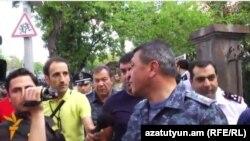 Начальник Полиции Армении Владимир Гаспарян на проспекте Баграмяна отвечает на вопросы Радио Азатутюн, Ереван, 25 июбня 2015 г.