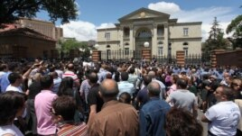 Armenia - A protest outside the presidential palace in Yerevan against the violent death of military doctor Vahe Avetian, 1Jul2012.