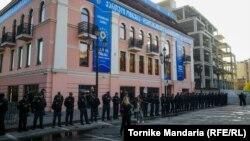 Внутрипартийную демократию, которая ставит под вопрос демократию в стране в целом, многие грузинские наблюдатели считают неприемлемой