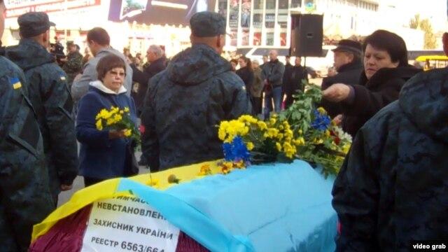 Днепропетровск. Гроб с телом солдата, погибшего под Иловайском