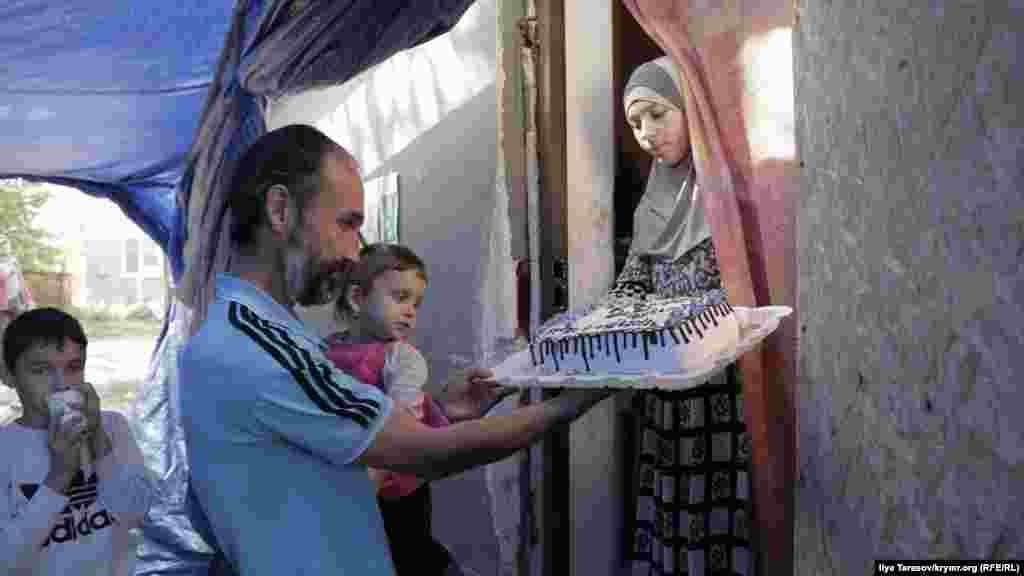 Дружина Мустафаєва приготувала чоловікові торт з написом «Сила в релігії та єдності», а також цифрою 23 – це загальна кількість відсиджених діб адмінарешту за два роки