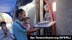Супруга Мустафаева приготовила мужу торт с надписью «Сила в религии и единстве», а также цифрой 23 – это общее количество отбытых суток админареста за два года