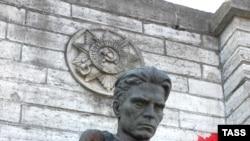 Осквернение памятников советским воинам в Эстонии происходит постоянно - в частности, с 20 на 21 мая 2006 года неизвестные осквернили памятник на холме Тынис Мяги в центре Таллина