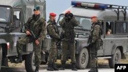 Բոսնիա և Հերցեգովինա - Լեհ խաղաղապահները Բուտմիրում Եվրամիության խաղաղապահ առաքելության կենտրոնակայանի մոտ, արխիվ