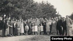 Кобе татарлары Гаяз Исхакый белән. 1934. Тарихчы Надир Дәүләт архивыннан