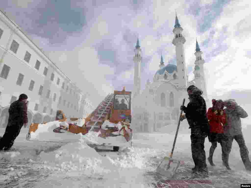 Робітники чистять сніг перед мечеттю Кул-Шаріф у Казані, столиці Республіки Татарстан у Росії