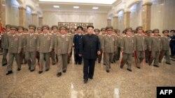 رهبر کره شمالی در میان فرماندهان ارتش آن کشور