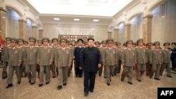 Лідэр КНДР Кім Чэн Ын у атачэньні вайскоўцаў