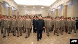 Kim Jong-Un dhe pjesëtarë të Ushtrisë Popullore të Koresë së Veriut.