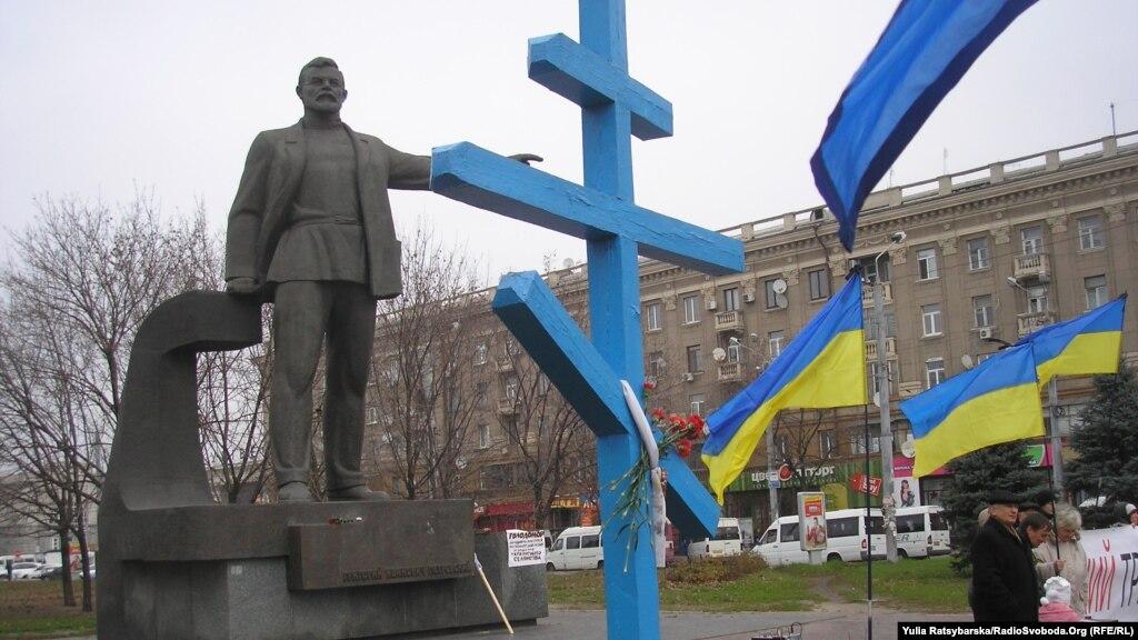 УДніпропетровську активісти почали знесення пам'ятника Петровському— фото та відео